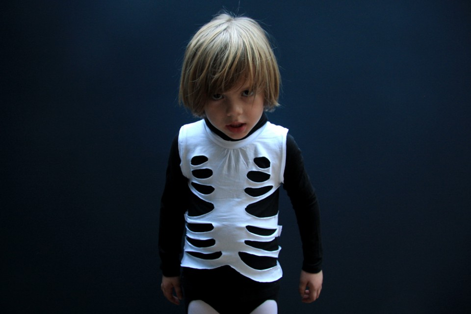 MAKE A SKELETON COSTUME IN 10 MINUTES